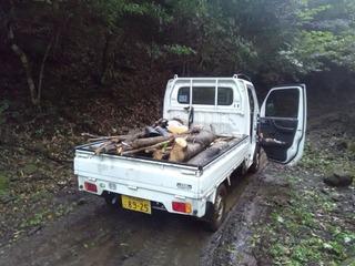 920材木を運ぶ軽トラック.jpg